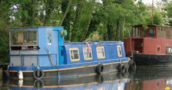 Der Urlaub auf dem Hausboot ist für die Familie ein tolles Erlebnis