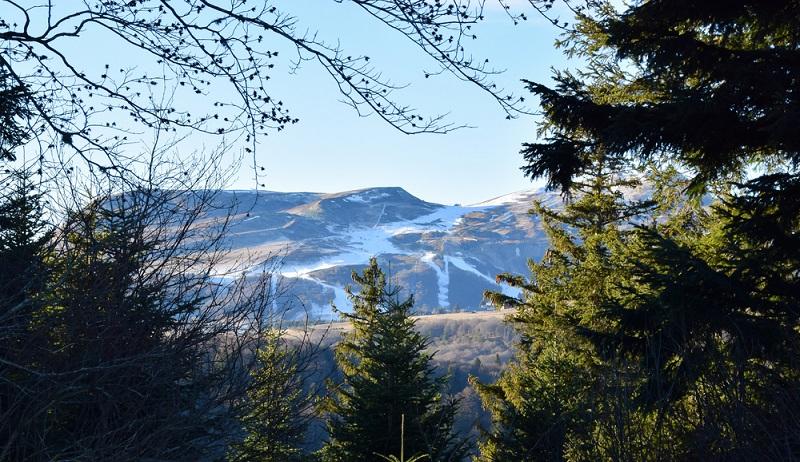Auf den höchsten Gipfeln der Auvergne herrschen eigentlich im Winter immer gute Bedingungen. Bei Schneemangel helfen an vielen Skipisten Schneekanonen. (#1)