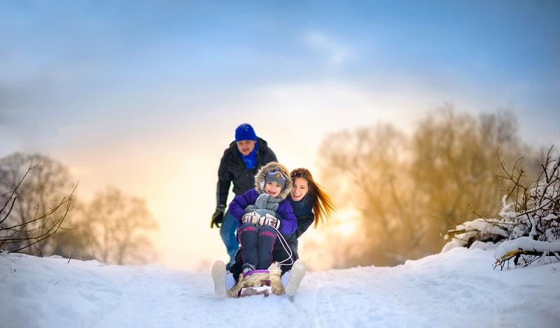 Ein Winterurlaub mit der Familie in der Auvergne ist abwechslungsreich. Eine Rodelpartie sollte auf jeden Fall dazugehören. (#1)
