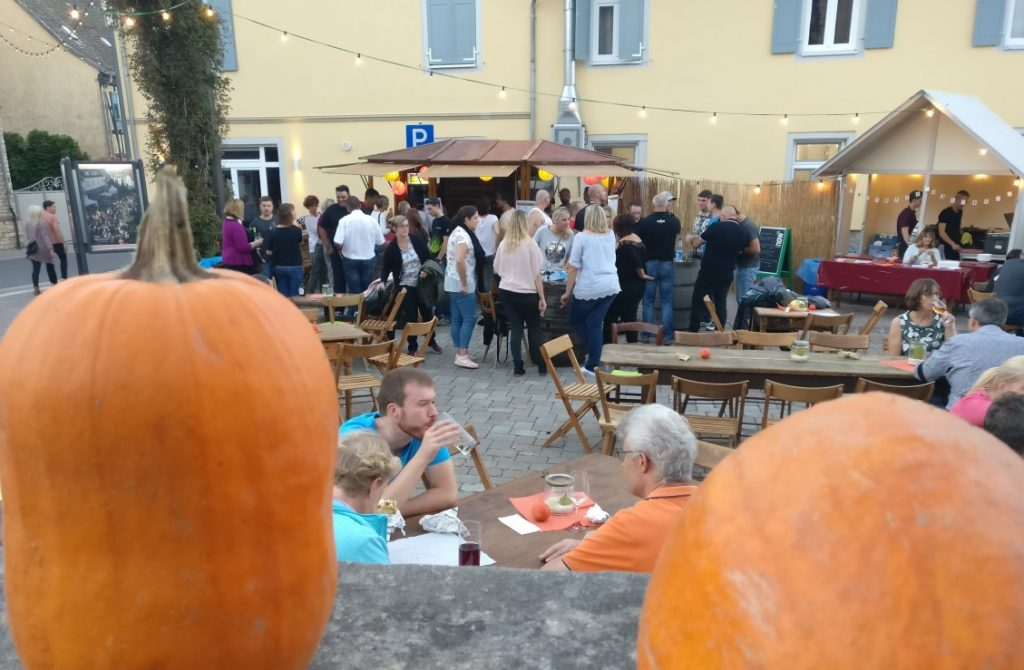 Das Fest des jungen Weines in Gau-Algesheim beginnt gleich am Rande der Innenstadt. Am Johannishof in der Langgasse trifft man die ersten Feiernden.