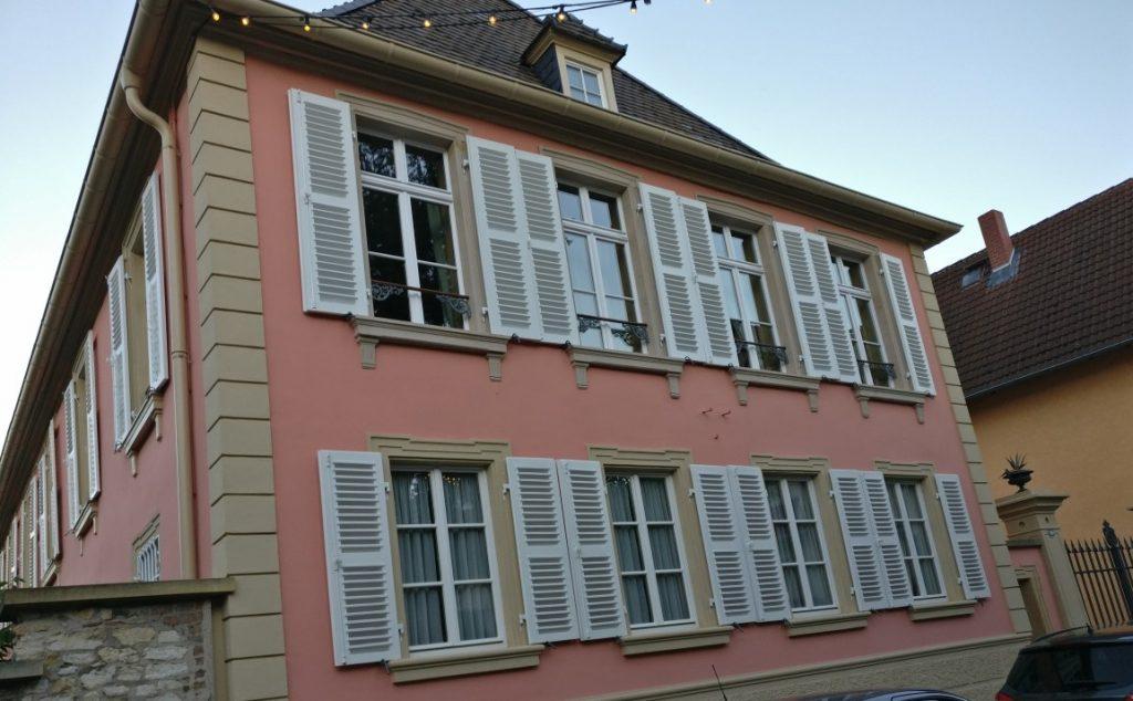 Links und rechts der Langgasse erblickt man rheinhessische Architektur.