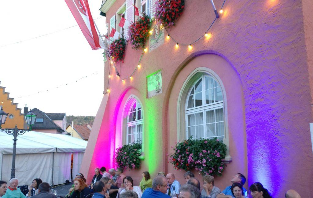 Das illuminierte Rathaus in Gau-Algesheim. An seinem Fuß haben sich Rheinhessen verschiedenster Provenienz versammelt.