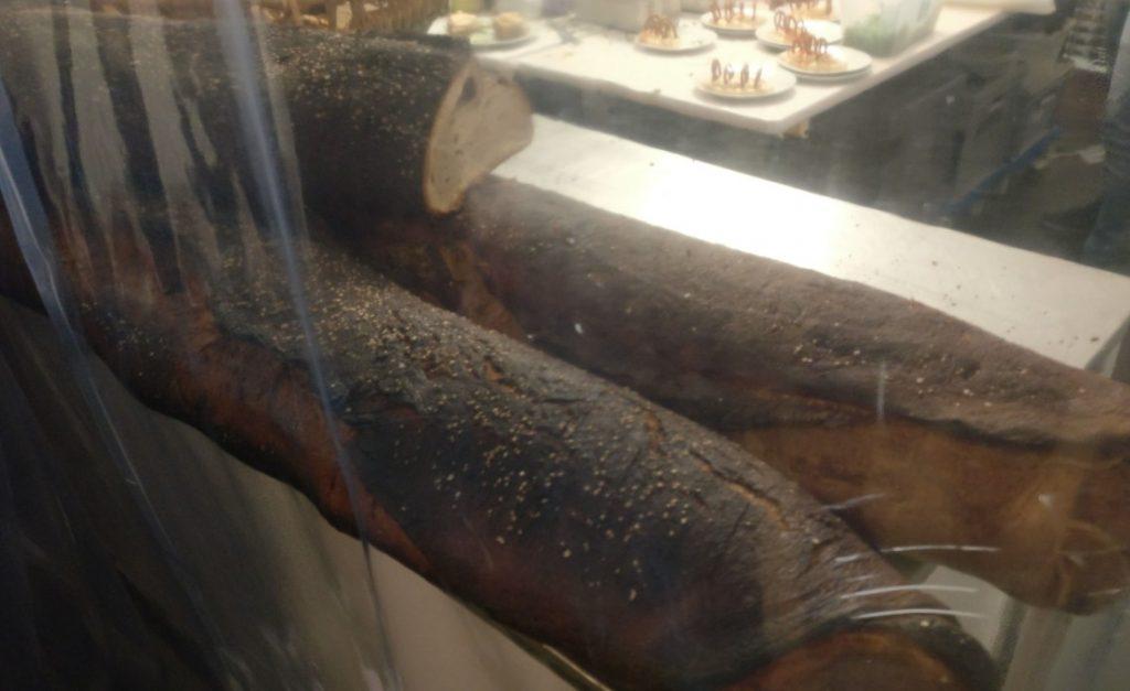 Hier die meterlangen Laibe des selbstgebackenen Brotes. Eine Sorte weist zwei verschieden Teige in seinem Innern auf.