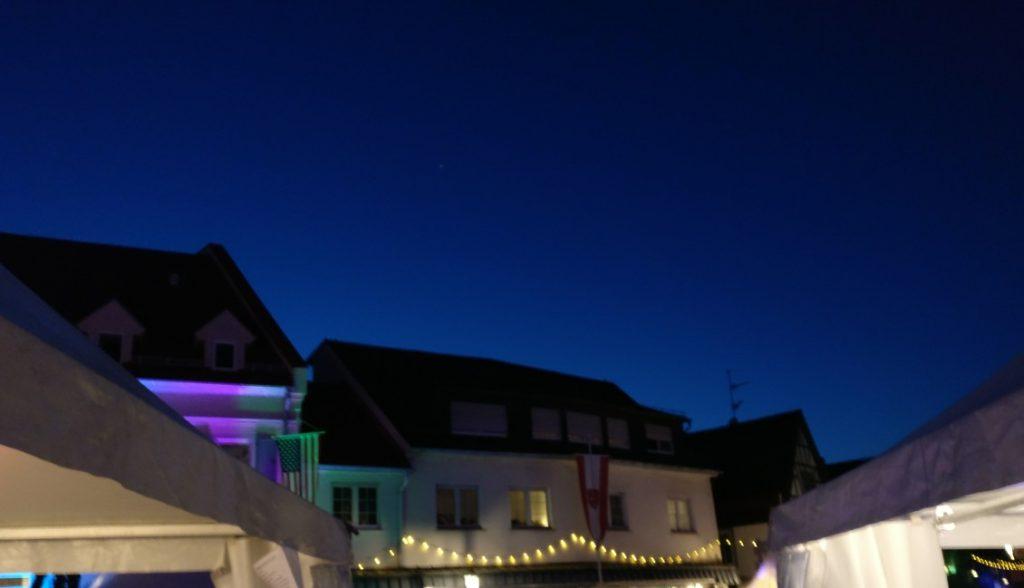 Über den Dächern von Gau-Algesheim macht sich die Blaue  Stunde breit.