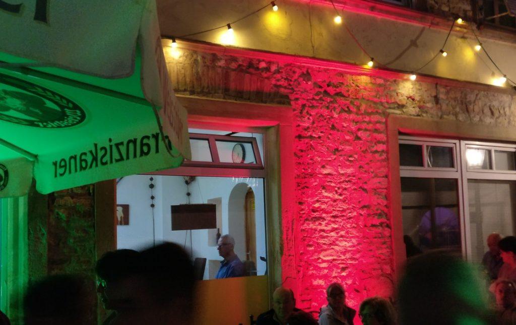 Farbiges Licht regiert das Fest am Abend.