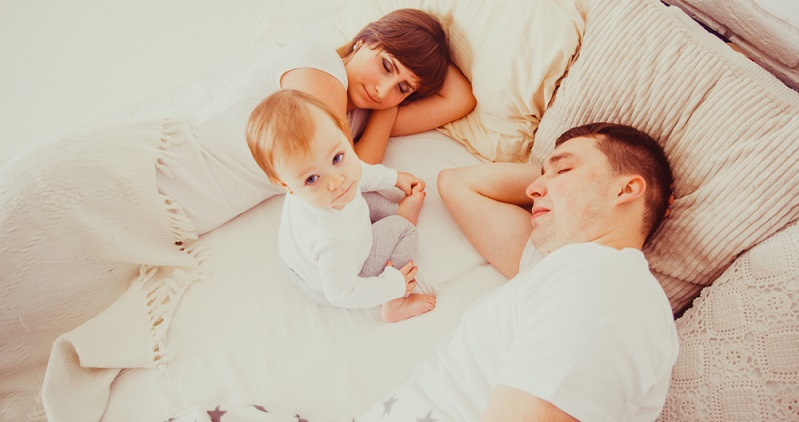 Besonders nach den ersten Monaten schätzen viele Eltern den Schlafbedarf ihrer Kinder falsch ein, weil sie die sehr langen Schlafzyklen der ersten Monate als Maßstab für die weitere Entwicklung nehmen.
