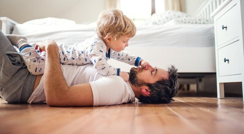 Rituale sind für den gesunden Nachtschlaf wichtig. Das gilt sogar für Erwachsene. Bei Babys sollte man so früh wie möglich damit anfangen.