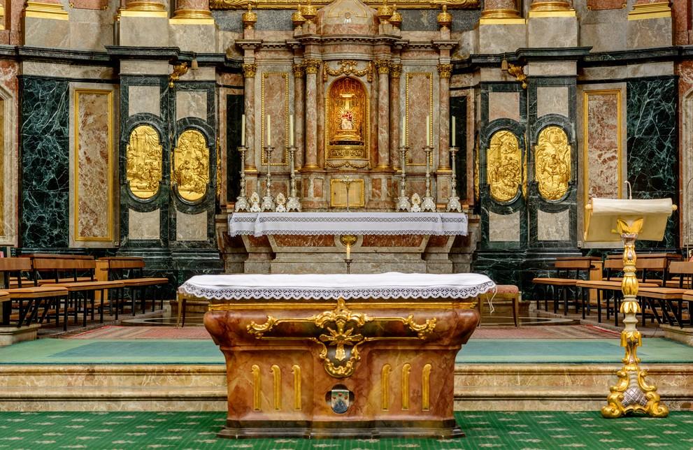 """Die Basilika des Kloster Ettal steht auch architektonisch in dessen Mittelpunkt, ganz wie Christus für die Mönche ganz im Mittelpunkt ihres Glaubens steht.  """"Der Liebe zu Christus soll nichts vorgezogen werden"""" formuliert dies der heilige Benedikt. (#3)"""