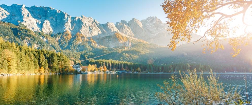 Ein besonderes landschaftliches Kleinod nahe der Zugspitze ist der Eibsee. Der Eibsee liegt in Bayern. Er gehört zur in der Gemeinde Grainau, nur etwa 9 km südwestlich von Garmisch-Partenkirchen im Wettersteingebirge. (#6)