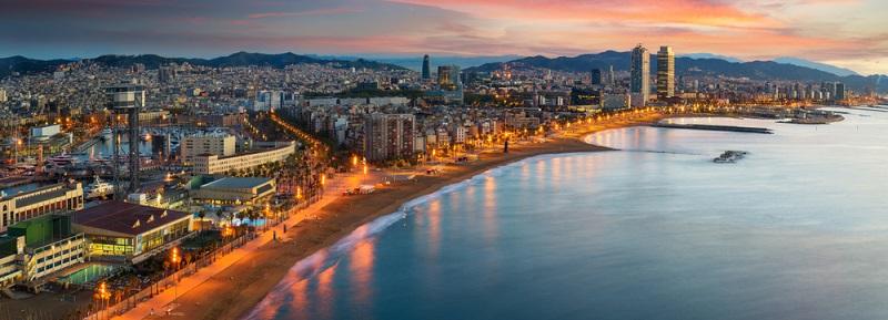 Barcelona liegt direkt an der Mittelmeerküste und besitzt mehrere eigene Stadtstrände. Der beliebteste Strand liegt im Viertel Barceloneta, etwa 20 bis 30 Minuten Fußweg vom Hafen bzw. dem östlichen Ende der Rambla entfernt.