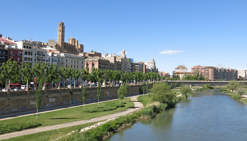 Mit Stränden kann die historische Stadt Lleida nicht dienen, da sie mitten im Land, etwa 100 km westlich von Barcelona liegt, dafür jedoch mit einer ganz besonders stimmungsvollen Atmosphäre, welche von bemerkenswerten Baudenkmälern aus vorrömischer Zeit geprägt ist.