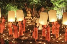 Thailand-Tipps: Unser Foto zeigt das Loy Krathong Festival (ลอยกระทง), das thailändische Lichterfest. Die Mönche setzen traditionell ihre Lichter auf dem Fluß aus, wie hier am Wat Phan Tao Tempel.