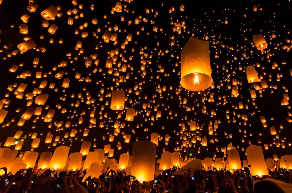 "Zu den Thailand-Tipps aus der Kategorie ""Must-See"" gehört auch unbedingt das Yi-Peng-Festival mit seinen Tausenden und Abertausenden Yi-Peng-Laternen in Chuang Mai. (#1)"