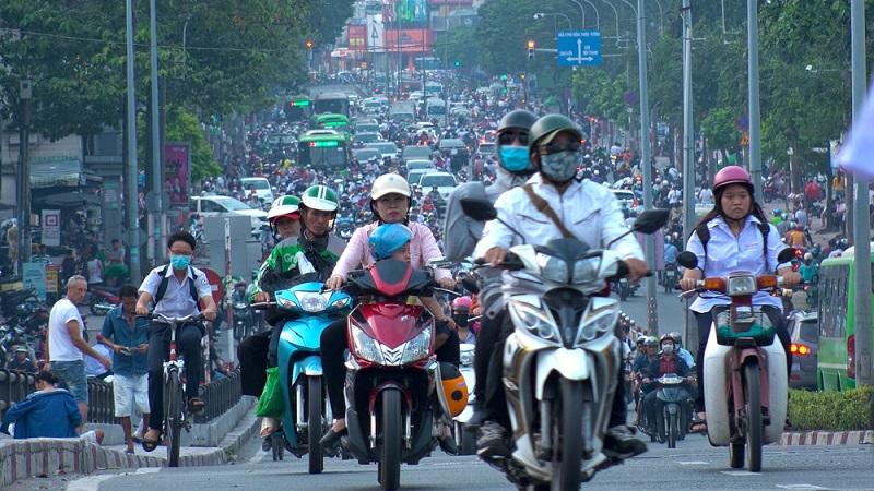 Chaos pur! Unbedingt nach allen Seiten mehrfach schauen, ob nicht doch jemand um die Ecke gebraust kommt, andernfalls ist das Überqueren einer Straße hier lebensgefährlich.