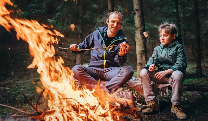 Eine Übernachtung ohne Gastgeber im Zelt inklusive Lagerfeuer, an dem man selbst gemachtes Stockbrot röstet, ist da schon etwas ganz anderes.