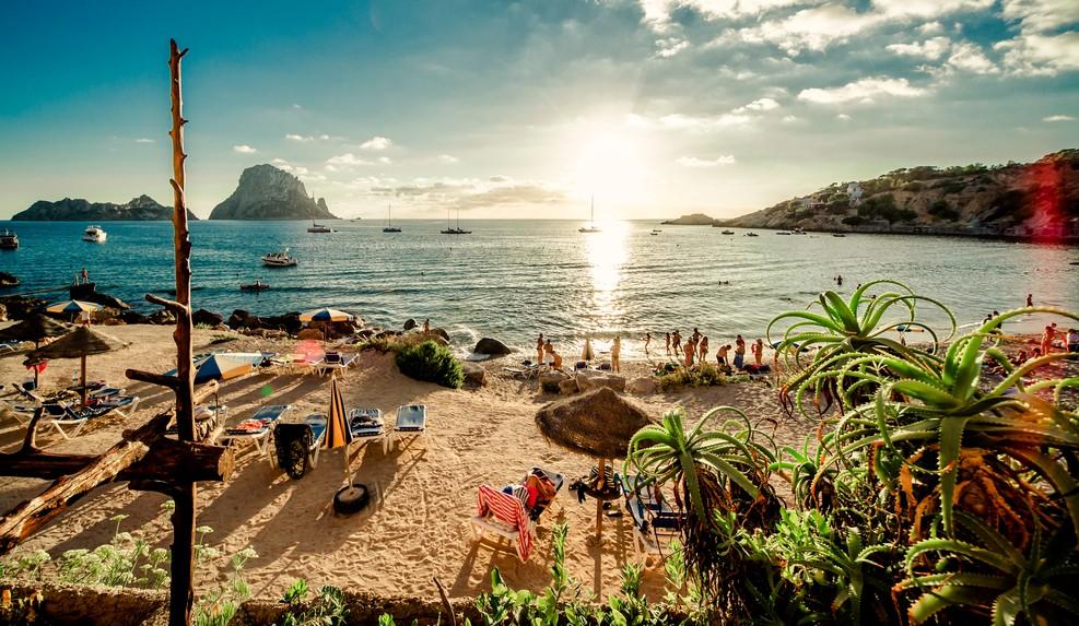 So stellt man sich das doch vor: Sonnenuntergang am Cala d'Hort Beach auf Ibiza - das Glückshotel Ibiza weckt klare Vorstellungen, von denen einige recht romantisch sein können... (#1)