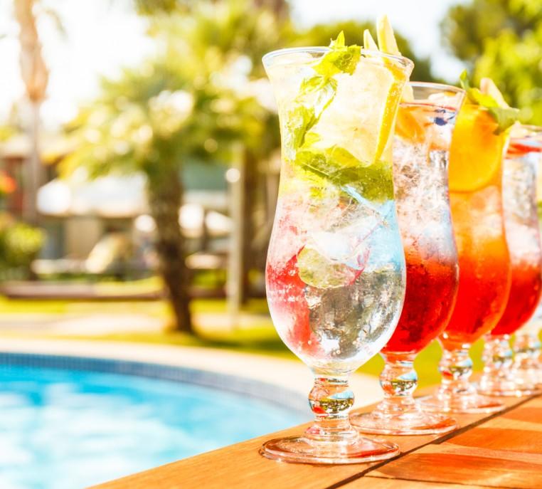 Drinks am Pool - möglichst ohne Alkohol - sind die urlaubsfreudigste Möglichkeit, dem Körper etwas Gutes zu tun. Sie senken die gefühlte Temperatur ganz schnell - und auch die tatsächliche Körpertemperatur! (#4)