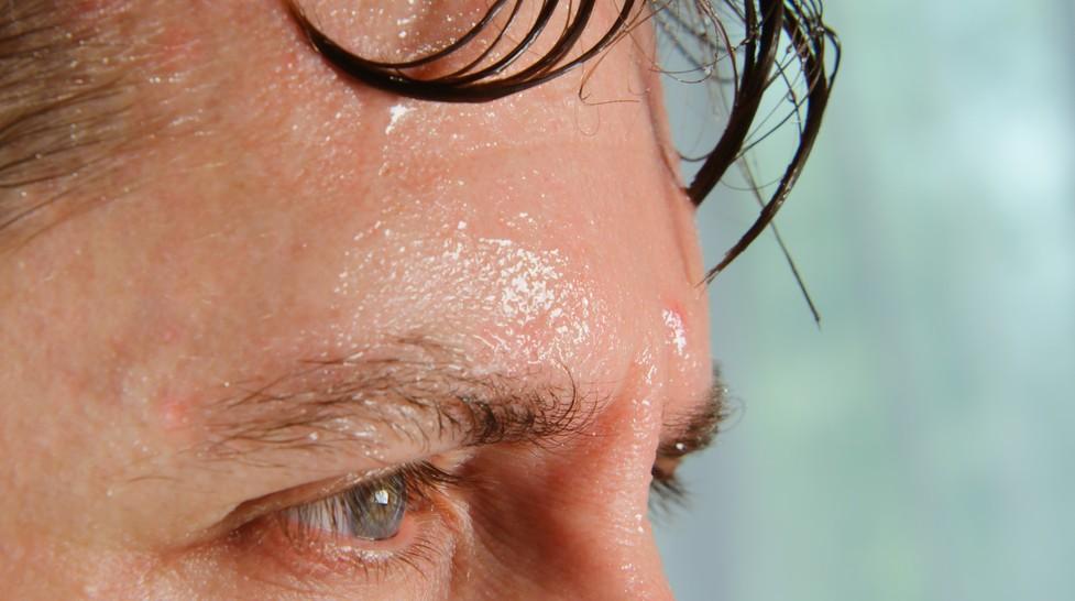 Beim Schwitzen senkt der Körper seine tatsächliche und auch die gefühlte Temperatur. Der Schweiß verdunstet auf der Haut und generiert so Kühle. (#3)