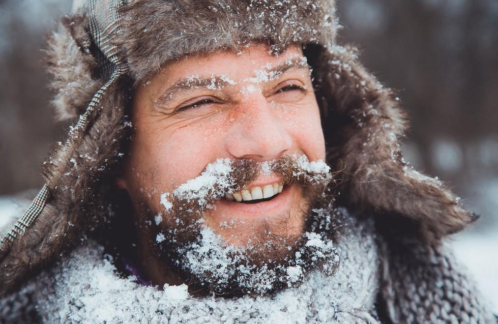 Bartträger sind bei Kälte besonders gefährdet. Während der Bart durch Isolation die gefühlte Temperatur positiv beeinflusst, birgt er durch die gefrierende Luchtfeuchtigkeit ein erhöhtes Risiko von Erfrierungen für den Träger des Vollbarts. (#1)