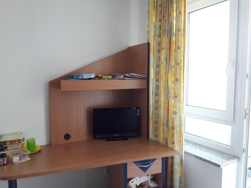 Kurklinik Sonnenschein: Unser Zimmer (hier der Schreibtisch mit Fernseher).