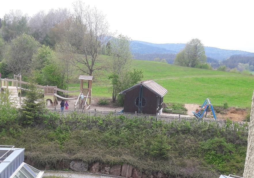 """Mutter Kind Kur in Zwiesel: Unser Ausblick aus unserem Zimmer: Der Spielplatz """"der Großen"""" und im Hintergrund die Berge."""