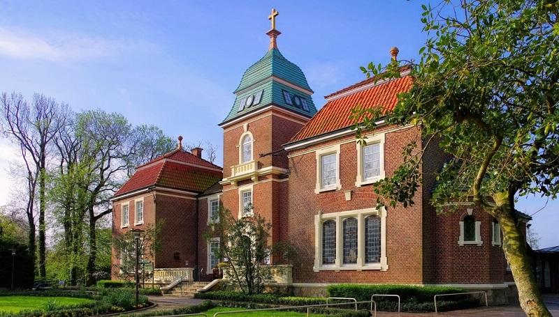"""Dabei handelt es sich um einen alten Herrensitz, der noch aus dem 18. Jahrhundert stammt. Dort findet sich das """"Haus des Gastes"""", eine Art Touristeninformationszentrum."""