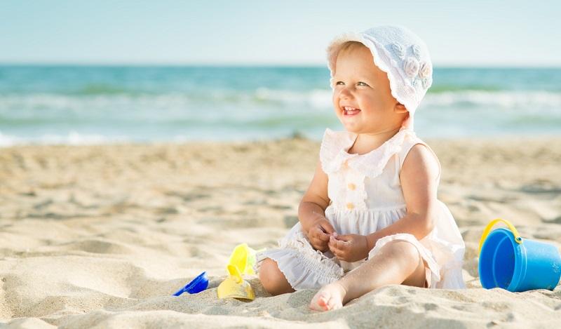 In jedem Fall muss die Reise mit Baby sicher sein. Dazu zählt nicht nur, Gebiete zu meiden, für die das Auswärtige Amt eine Reisewarnung herausgegeben hat, sondern auch auf die medizinische Versorgung zu achten.