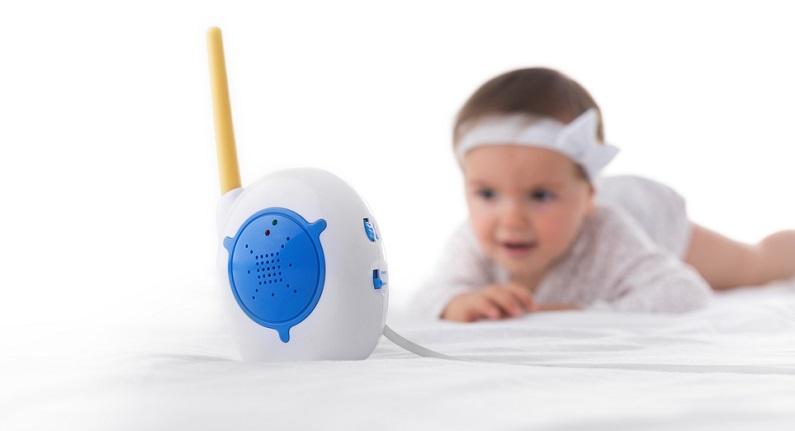 Viele Hotels stellen es kostenfrei zur Verfügung, in einem Ferienhaus oder einer Ferienwohnung muss selbst dafür gesorgt werden: Gemeint ist hier das Babyphone.