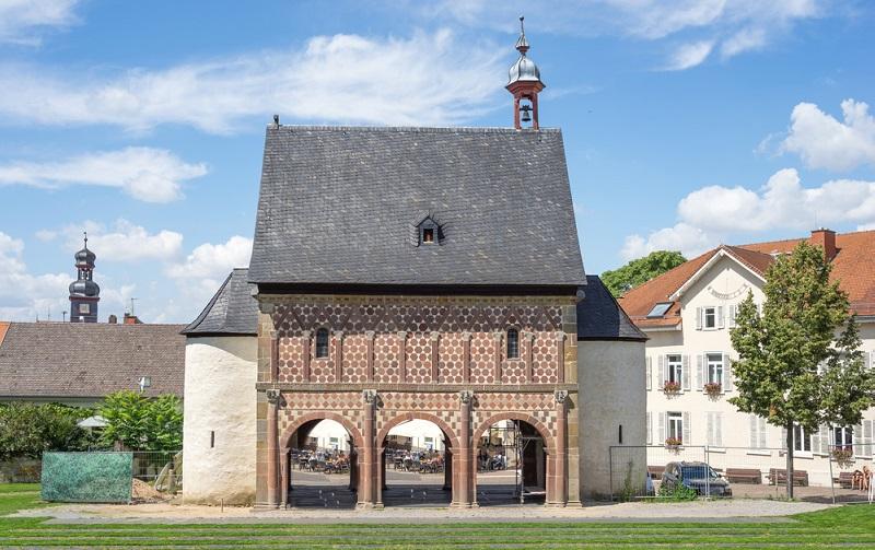 So zum Beispiel das Kloster Lorsch, das einst eine Benediktinerabtei war und zusammen mit dem Kloster Altenmünster zu den wichtigsten Relikten der Romanik bzw. der Vorromanik zählt. (#06)