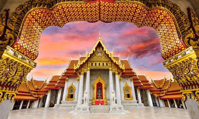Kaum etwas repräsentiert die Kultur von Thailand so gut, wie die reich verzierten Tempel, die in Rubinrot und Gold erstrahlen. Im Inneren warten detailverliebte Wandmalereien und Räucherstäbchen verströmen ihren Duft.(#04)