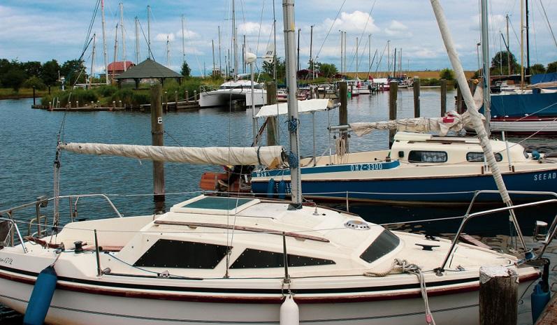 Im Hafen liegen private Sportboote ebenso wie Fischkutter, die hier ihren Heimathafen haben. Auch Gewerbebetriebe sind dort ansässig.