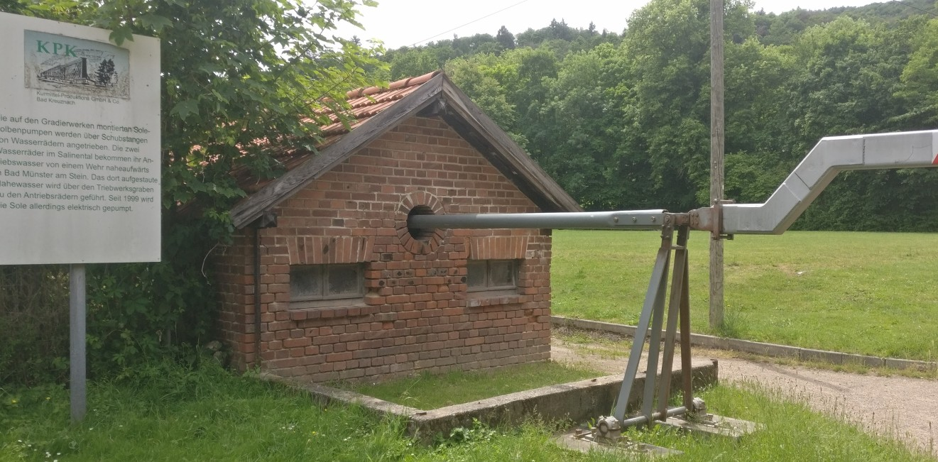 Das kleine Maschinenhaus mit der Kraftumsetzung. Rechts sind die Schubstangen sichtbar, welche die Sole-Kolbenpumpen antrieben.