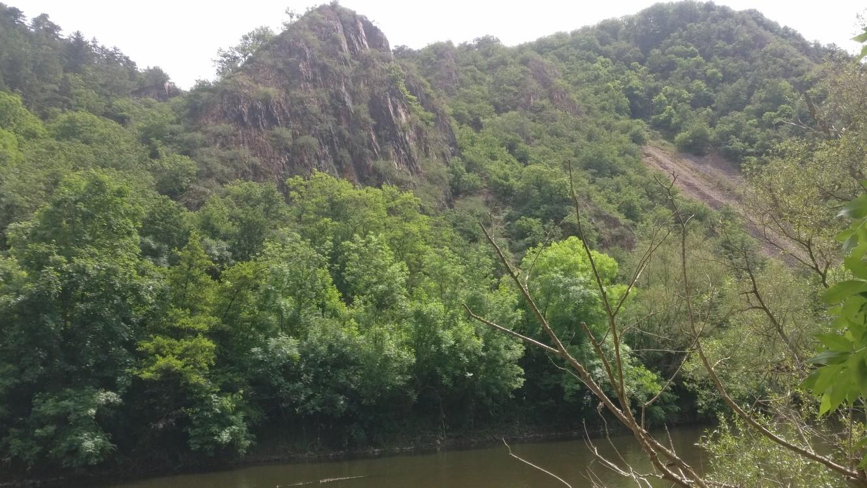 Gegenüber ragt eine Felswand steil auf. Wir befinden uns nahe dem Felseneck.
