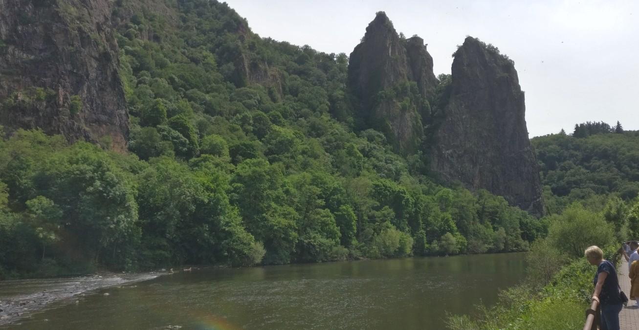 Der Rheingrafenstein mit seiner Burgruine. Er lädt ein, mit der Fähre den Fluss zu überqueren und über den Wanderweg des Huttentals den Felsen zu besteigen.