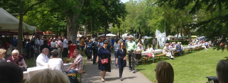 """Bei feinstem Kaiserwetter liegt Lebensfreude in der Luft. Im Kurpark flaniert man gerne auf dem """"Lebenslust"""" Gourmet- und Kunstfestival in Bad Münster am Stein."""