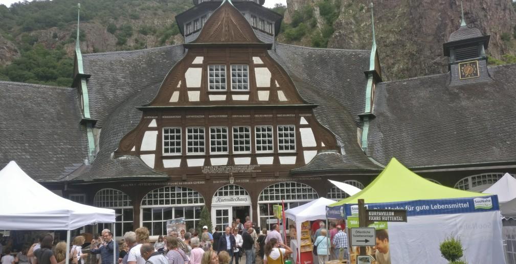 """Das Kurmittelhaus gibt eine formidable Kulisse für Gourmetstände aller Couleur. Das """"Lebenslust"""" Gourmet- und Kunstfestival in Bad Münster am Stein macht seinem Namen alle Ehre."""