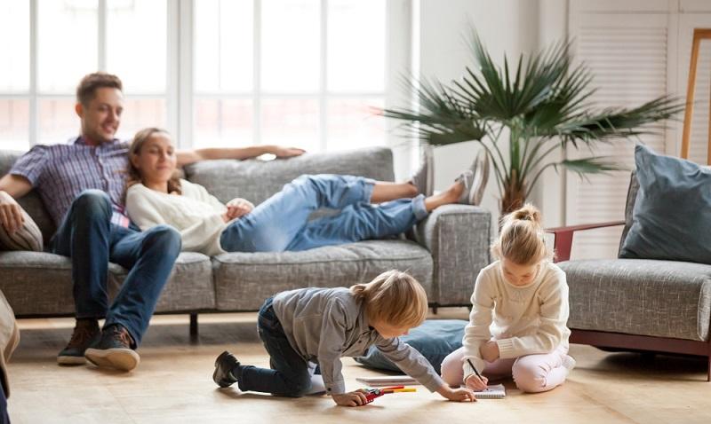 Als Paar muss festgelegt werden, was wichtiger ist, eine harmonische Beziehung oder eine klinisch reine Wohnung. Hier müssen Prioritäten gesetzt werden.
