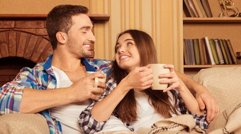 Beide Partner sollten sich miteinander regelmäßig austauschen und spüren. Deshalb darf eine geplante Zeit für Zweisamkeit nicht auf später verschoben werden.