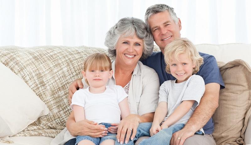 Eltern, die sich unsicher sind, können mit einem kleinen Testlauf Großeltern und Kinder auf den gemeinsamen Urlaub vorbereiten. Ein kleiner Urlaub an einem Wochenende oder einem verlängerten Wochenende kann da sehr hilfreich sein.