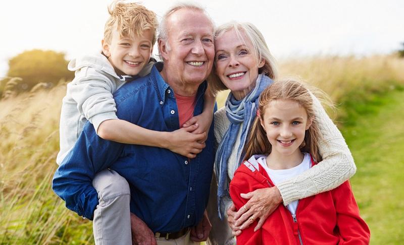Es gibt keine feste Altersbestimmung, ab wann ein Kind mit den Großeltern reisen darf. Es hängt immer davon ab, ab wann das Kind bereit ist, mit den Großeltern zu reisen.