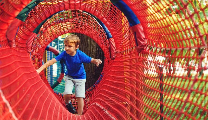 Egal ob während eines Sommerferienprogramms, in einem Spielmobil oder bei einem Ausflug, ein Abenteuerspielplatz ist ein Ort des Miteinanders. (Foto: Shutterstock- Volurol)