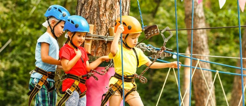 Die besten Voraussetzungen für den Besuch eines Abenteuerspielplatzes also und der kann in der Natur sein, im Wald, in einem Stadt- oder Dorfgebiet oder direkt vor der Haustür. (Foto: Shutterstock-  Andrew Angelov)
