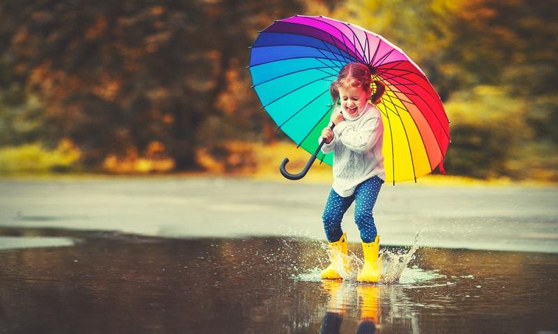 Nach draußen zu gehen und die Regenpausen nutzen, um einfach in den Pfützen herum zu patschen ist lustig. Auch einfach frische Luft zu tanken, bringt neue Energie.