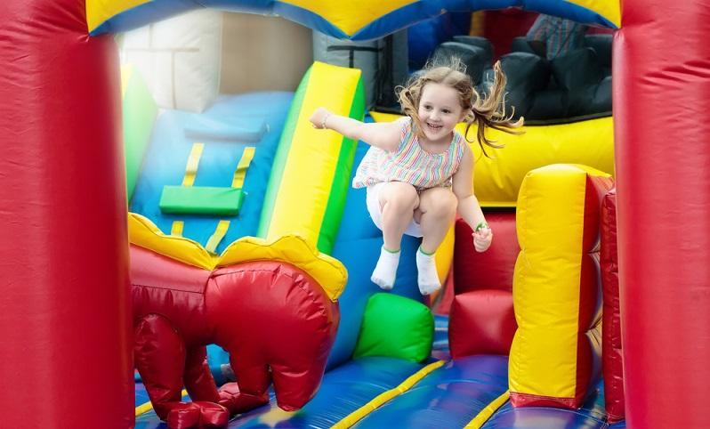 Frische Luft ist für Kinder wichtig. Nach dem langen Sitzen im Auto sogar ganz besonders wichtig. Outdoorspielplätze schaffen hier Abhilfe. (Foto: Shutterstock- FamVeld)
