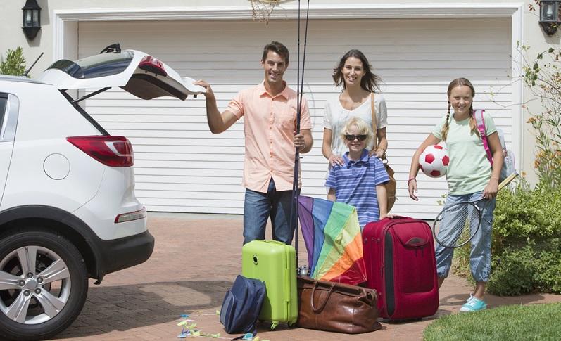 Schnell die Sachen zusammengepackt, alles im Auto verstauen, Kinder dazu und ab in den Urlaub. (Foto: Shutterstock- ZouZou)
