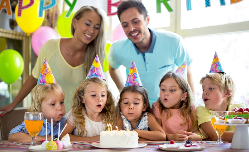 Auch Eltern dürfen ab und an etwas egoistisch sein und Möglichkeiten zur Entspannung nutzen. Auf einem Indoorspielplatz dürfen auch sie einmal abschalten.