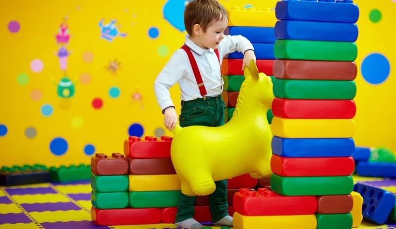 Ein Indoorspielplatz kann also für Kinder in jeder Altersgruppe Spiel, Spaß und Freude bringen, wenn man einiges im Vorfeld und während des Aufenthaltes beachtet.