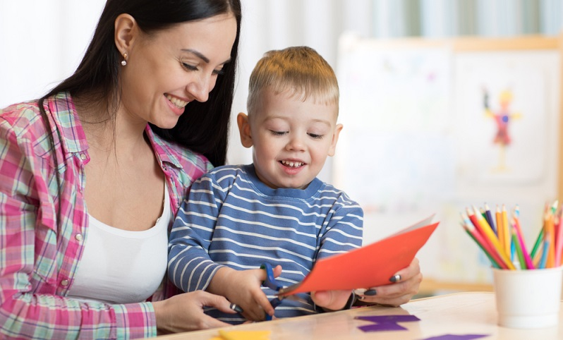 Natürlich stehen Malen und Basteln ganz oben auf der Liste der Schlechtwetter Aktivitäten mit Kleinkindern, denn die lieben Kleinen können davon gar nicht genug bekommen.