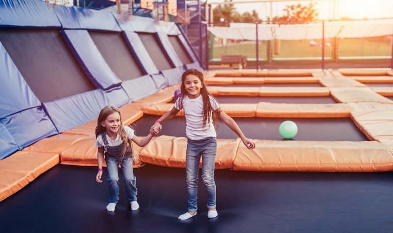 Wer etwas mehr Power loswerden möchte, sucht bei Indoor-Aktivitäten für die ganze Familie nach einer Trampolinhalle. Diese sind zwar nicht in allen Städten zu finden, doch der Weg lohnt sich!