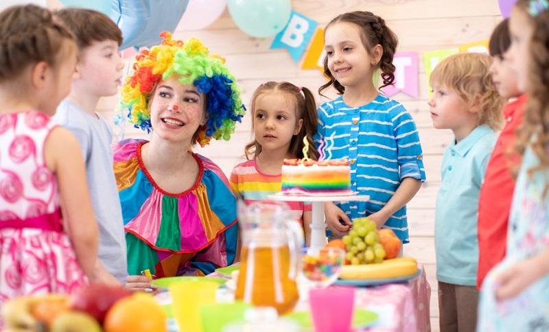 Leistet man sich eine Kinderbetreuung, kann man ohne schlechtes Gewissen einen romantischen Abend zu zweit genießen und die Beziehung wieder einmal neu beleben.